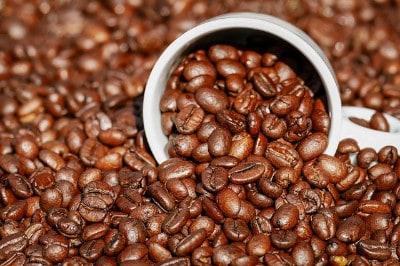 Kaffeedosen mit Kaffeebohnen
